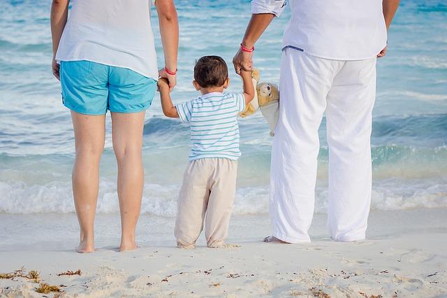 rodiče s klukem na pláži