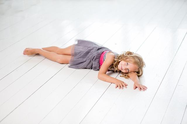 holčička ležící na zemi