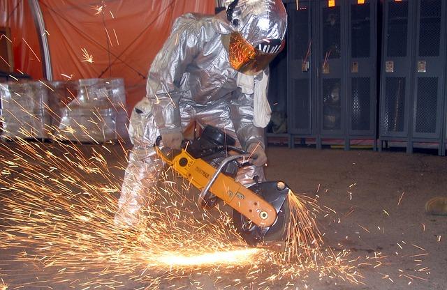 pracovník v ochranném obleku