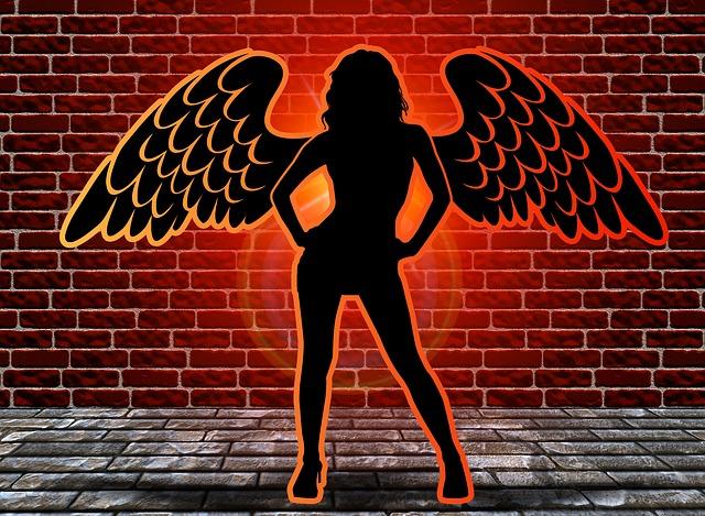 cihlová zeď, žena s křídly
