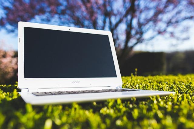 laptop na trávě
