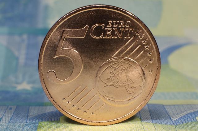 pět centů postavených na hranu