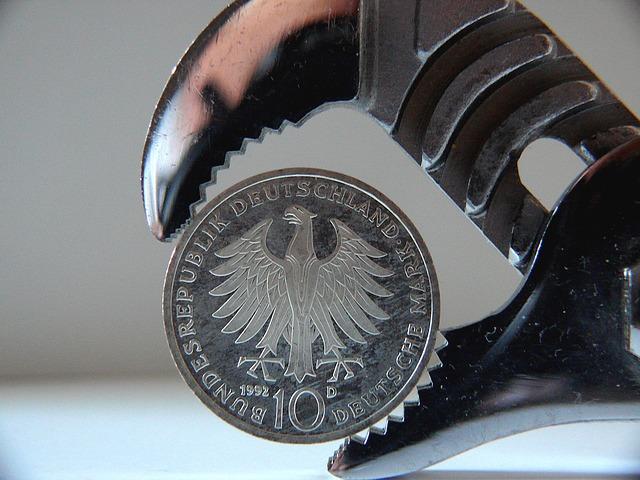 drobná mince ve svěráku