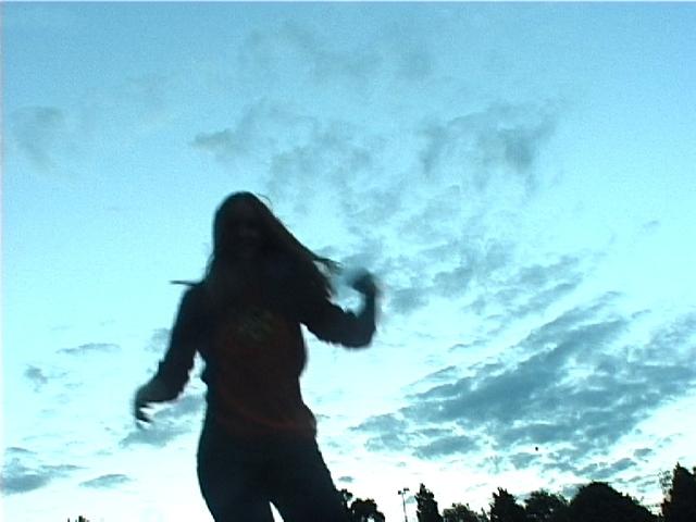 dívka skákající na trampolíně.jpg
