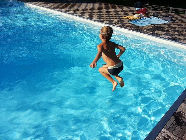 kluk nad bazénem