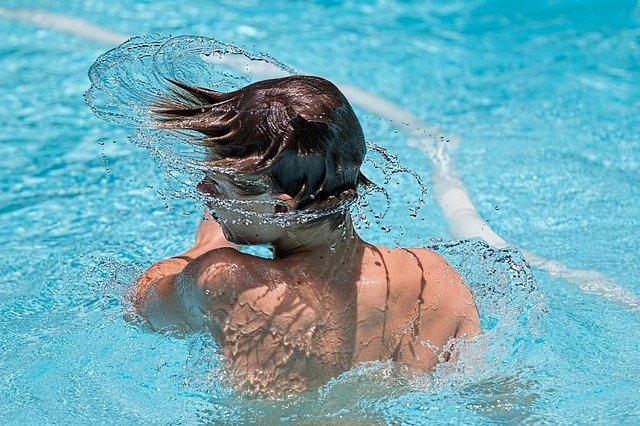 cákání vody z vlasů