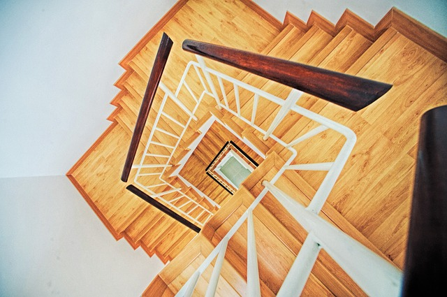 dřevěné lámané schodiště.jpg
