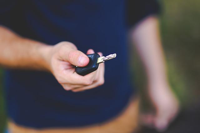 klíček od auta v ruce