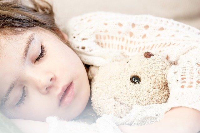 spící holčička s medvídkem