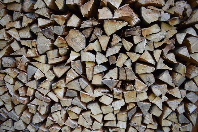 dřevo na hromadě.jpg