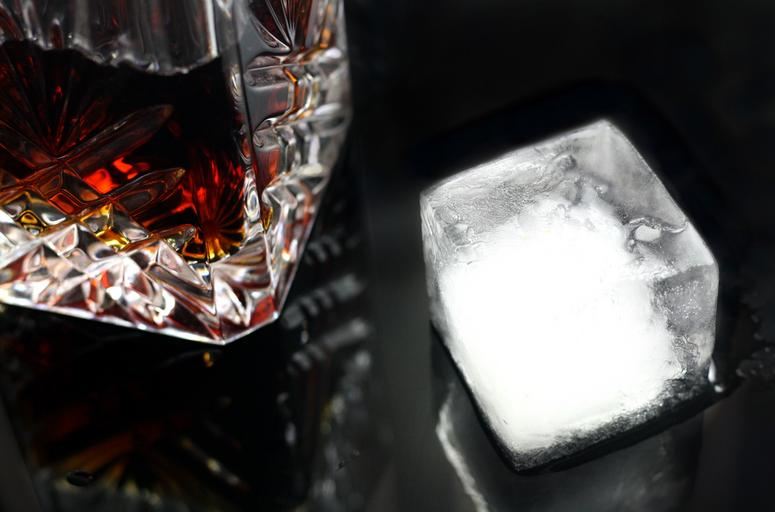 sklenička a led